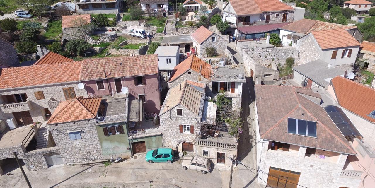 Kamena kuća u selu u unutrašnjojsti otoka Hvara