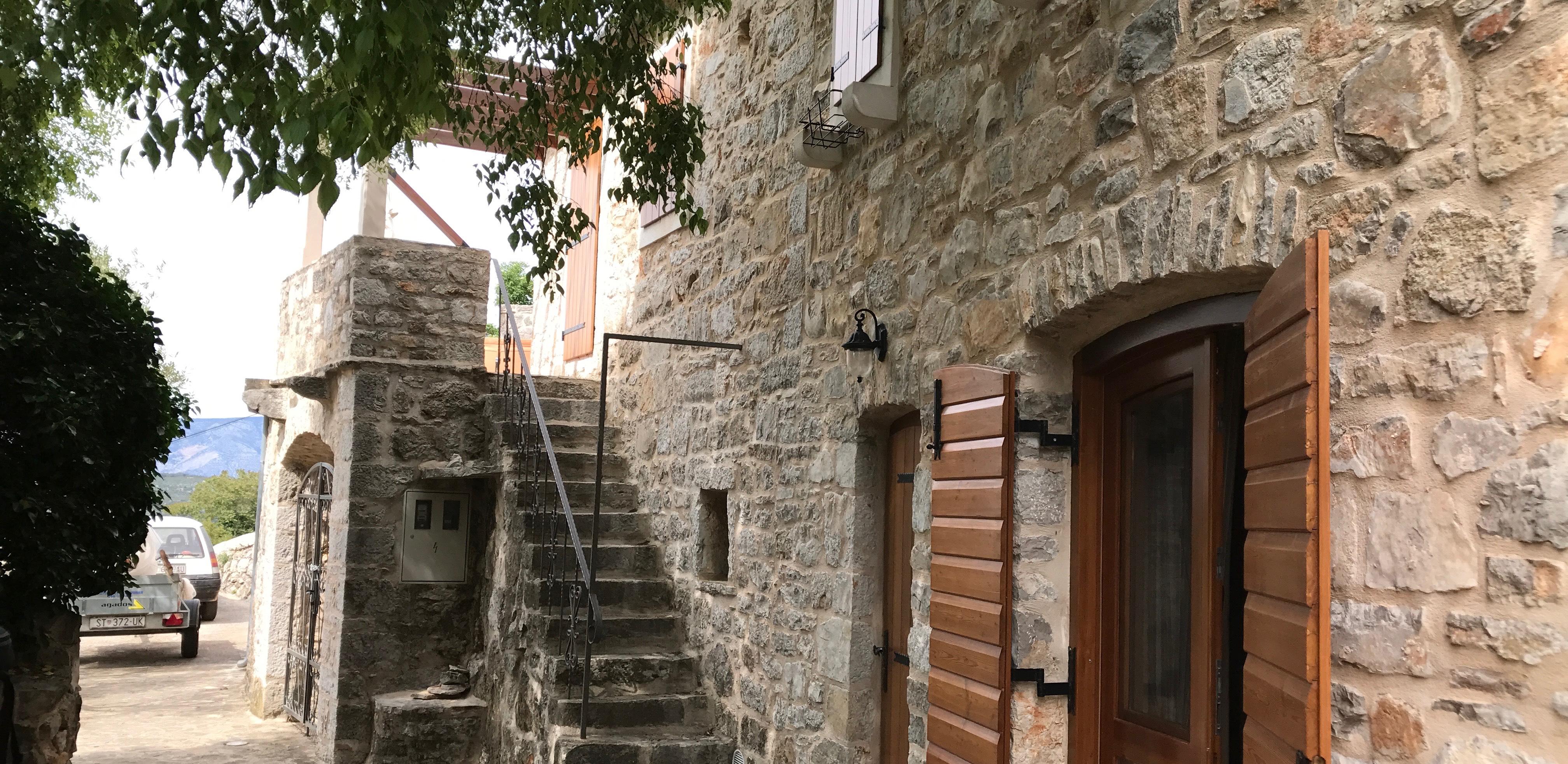 Prekrasno obnovljena kamena kuća na otoku Hvaru