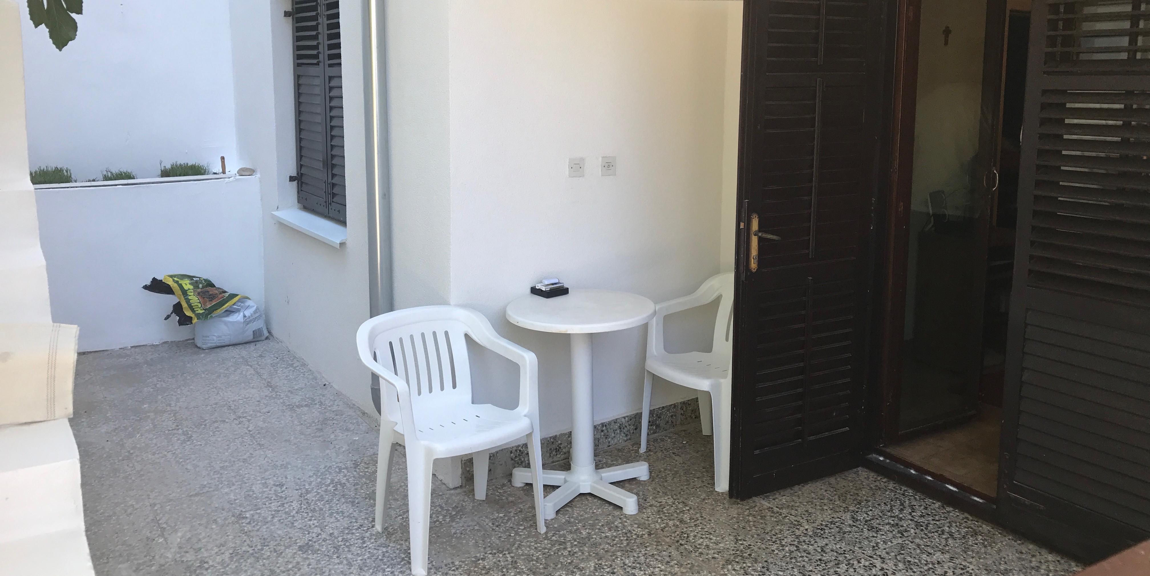 Stan sa terasom u prizemlju veće stambene zgrade u HvaruBalustrade Estates