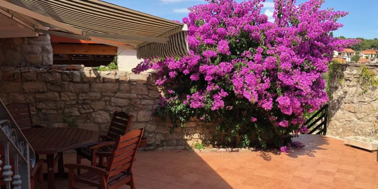 stone house with garden for sale in Vrboska town