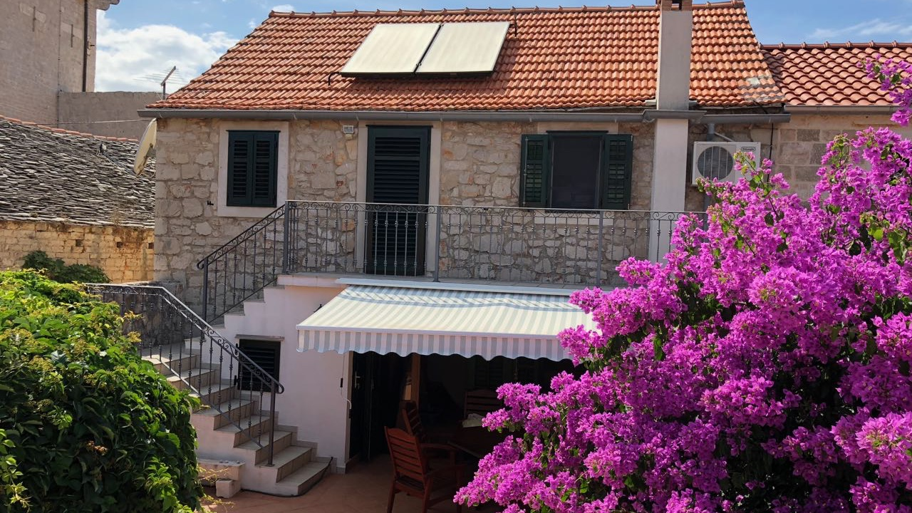 A beautifully restored stone house with garden for sale in Vrboska town