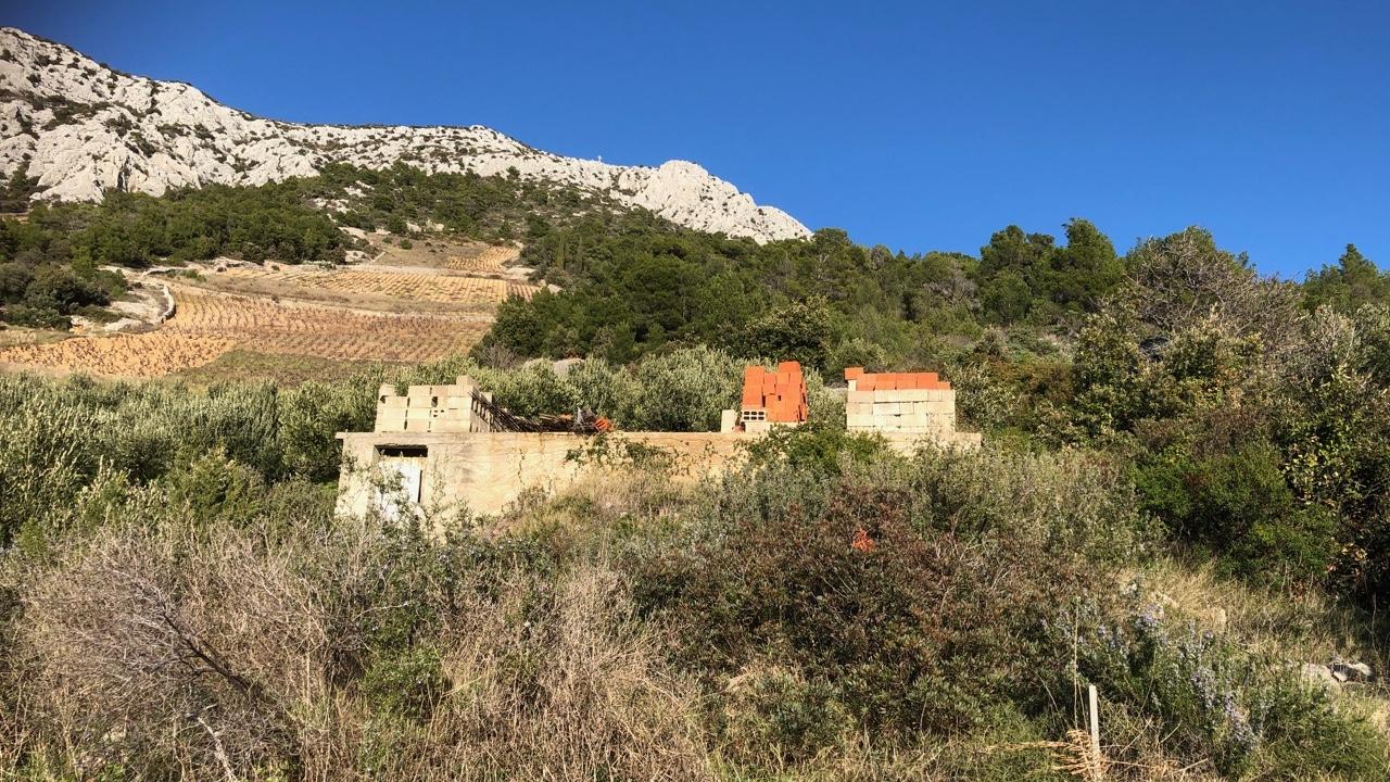Građevinsko zemljište na otoku Hvaru na južnim padinama otoka sa pogledom na more.