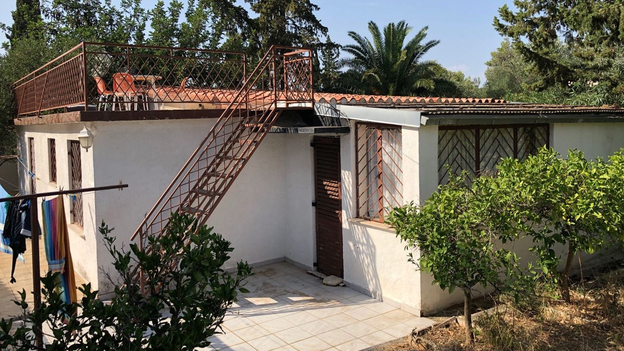 What houses for sale in Stari Grad are located close to the sea