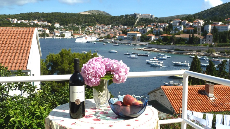 A delightful single-storey semi-detached house for sale in Hvar with terrace and views
