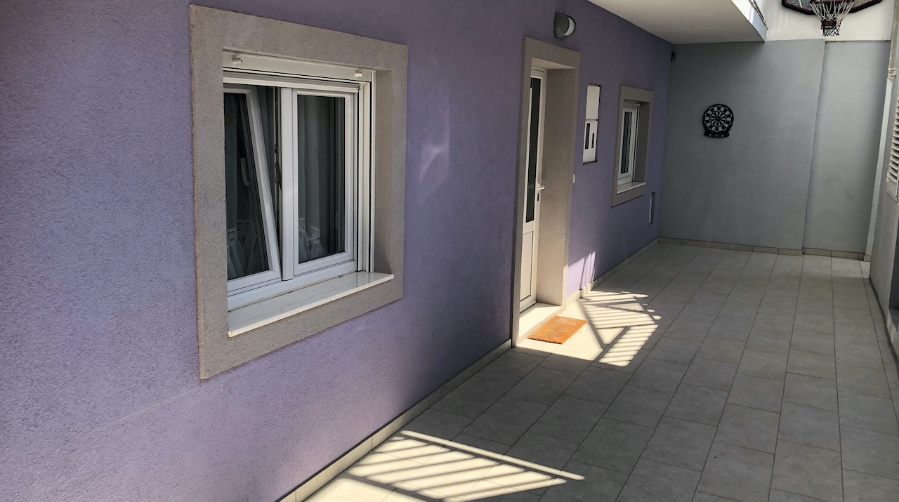 A spacious three bedroom apartment with terrace and parking in Hvar town