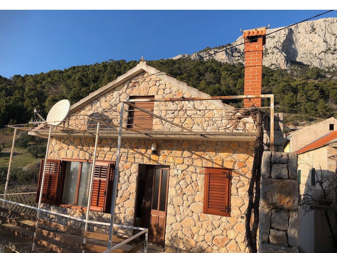 Kamena kuća s vrtom na Hvaru je samostojeća kuća dobre veličine s nevjerojatnim pogledom na more