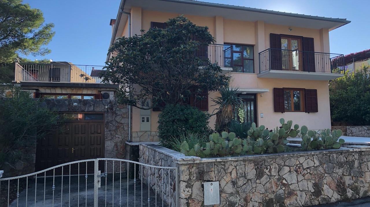 Velika obiteljska samostojeća kuća s vrtom i garažom u Jelsi na otoku Hvaru