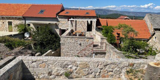 Lijepo obnovljena kamena kuća na otoku Hvaru s terasama i pogledom